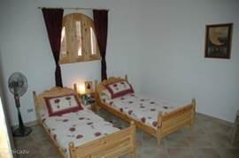 2. Schlafzimmer mit zwei Einzelbetten.