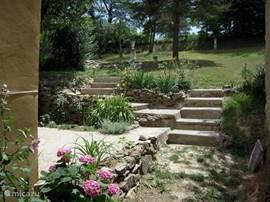 trapjes naar de zonneterrassen en de tuin
