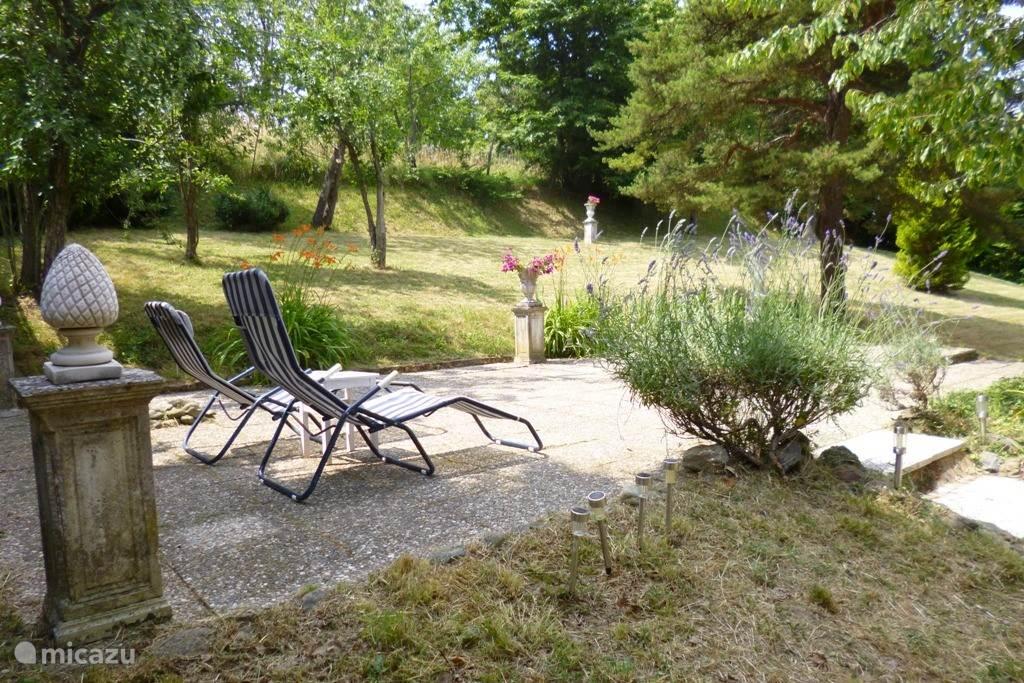 Overzicht van de tuin vanuit het huis