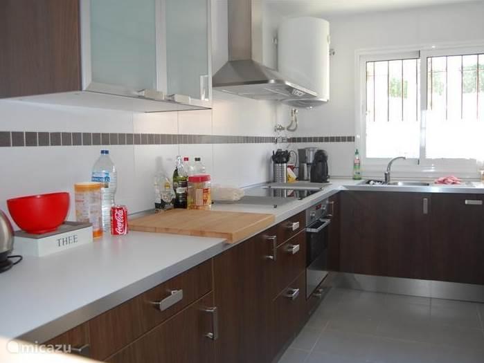 Keuken met vaatwasser, oven, wasmachine, twee koelkasten met vriesvakje, koffiezetapparaat en Dolce Gusto, combimagnetron, broodrooster, waterkoker, sinaasappelpers, blender.
