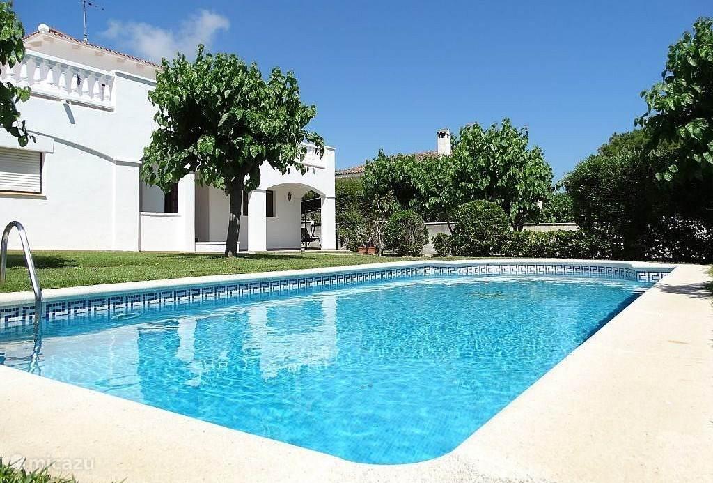 Prachtige grote villa met privé zwembad in Coma Ruga. Ideale vakantieplek met kinderen, ook zeer geschikt voor twee gezinnen of vriendengroep. Goed bereikbaar, dicht bij het strand en een supermarkt op loopafstand. Met de auto of trein snel in Barcelona.
