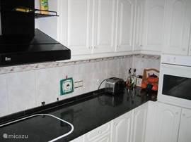 En keramische kookplaat, broodrooster, oven en koelkast met vriesdeel (voor de ijsjes!).