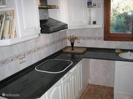 De keuken boven. Met keramische kookplaat en oven. Maak uw eigen tappas of paella.