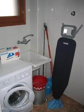 Het washok. u heeft de beschikking over een wasmachine en strijkplank/strijkijzer. Achter het huis hangt de waslijn.