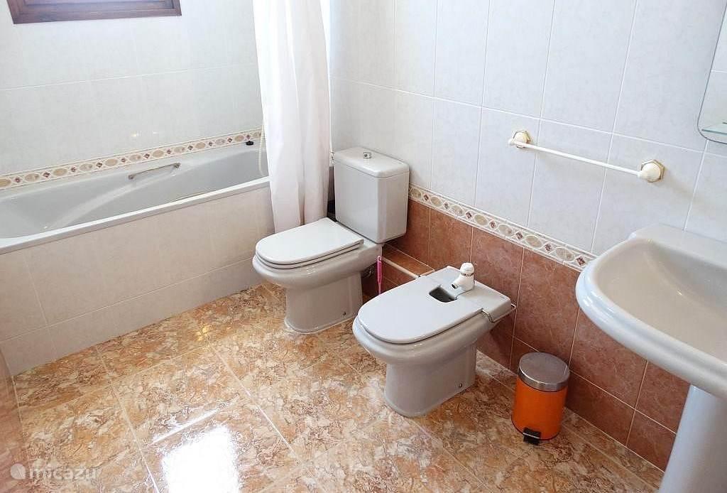 De badkamer (5,7 m2) van de ouder slaapkamer boven. Met bad, wastafel, toilet en bidet.