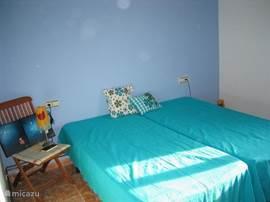 De blauwe slaapkamer (11,3 m2) boven. Met antieke eiken kledingkast.