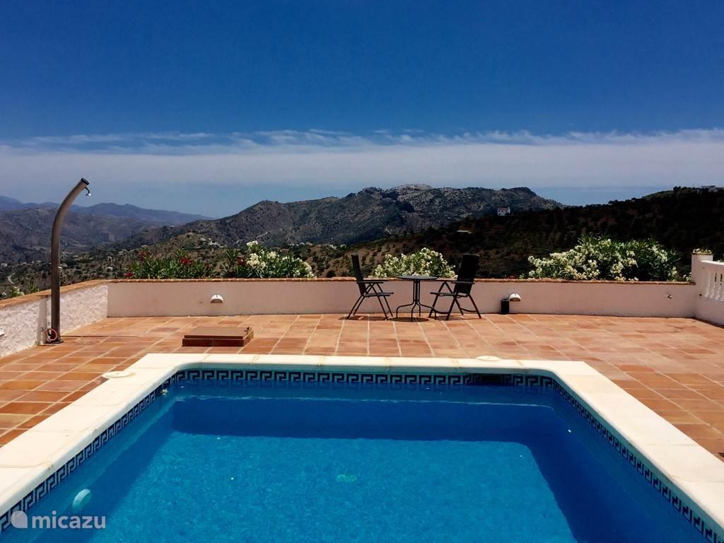 Zoutwater Zwembad met volledige privacy op het terras en ook nog eens een geweldig uitzicht over de bergen.
