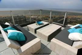 Geniet in dit moderne, trendy penthouse-appartement van het mooie uitzicht vanaf uw enorme zonneterras, het unieke design en de smaakvolle inrichting.   Het biedt u luxe, comfort, privacy, en een zee van ruimte.  Voor het beste verblijf in Zandvoort!