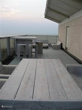 Het terras met eethoek, borrelhoek en loungehoek. 80 vierkante meter genieten van zon, zee, strand, privacy en uitzicht!