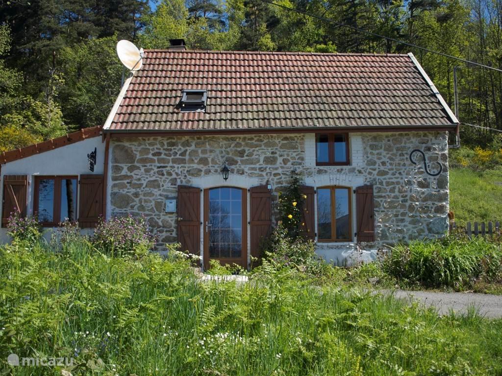 In de Montagne Bourbonnaise, Allier, ligt 'le Boursillon', een idyllisch gelegen vakantiehuisje uit 1870 voor 4/5 personen. Geheel vrijstaand en vrij gelegen op 12000 m2 grond, 5 km. van het plaatsje Chatel Montagne.