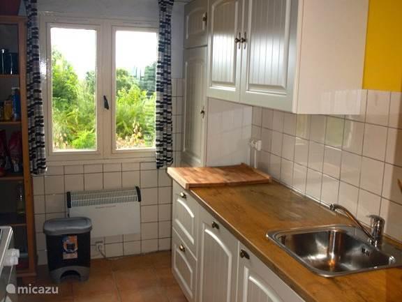 De landelijke keuken is in augustus 2014 geïnstalleerd en bezit alles wat u nodig heeft om lekker te kokkerellen.