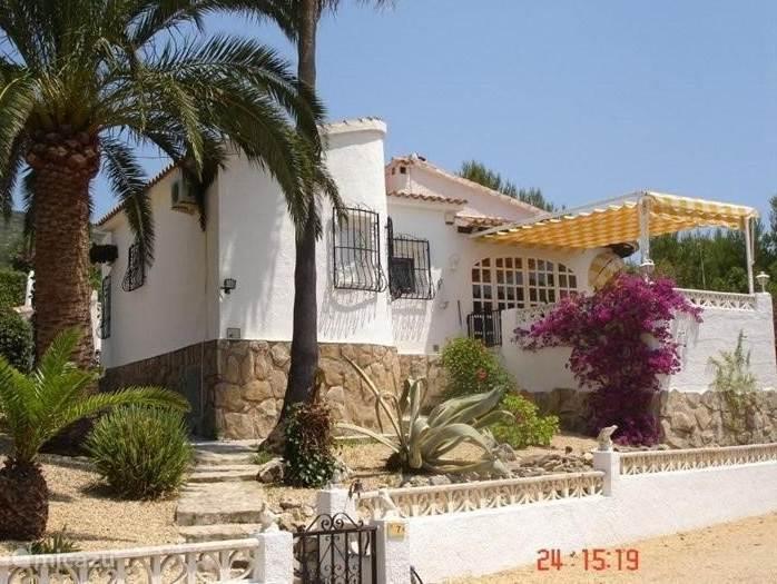Zeer aantrekkelijke, rustig gelegen villa in Moraira met prive zwembad, opwarming via zonne energie. Ruime woonkamer met rondom vrij uitzicht en terras. Compleet ingerichte keuken incl. vaatwasser. Badkamer met bad en bidet. Twee slaapkamers met airco.