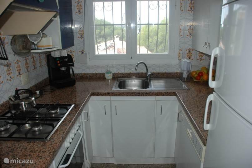 keuken met oven en vaatwasser