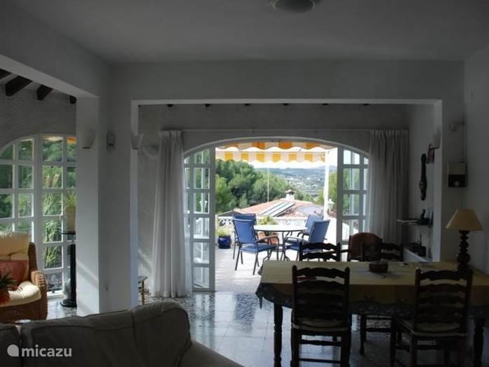Gezellige en zonnige woonkamer met aansluitend een heerlijk zonnig terras.