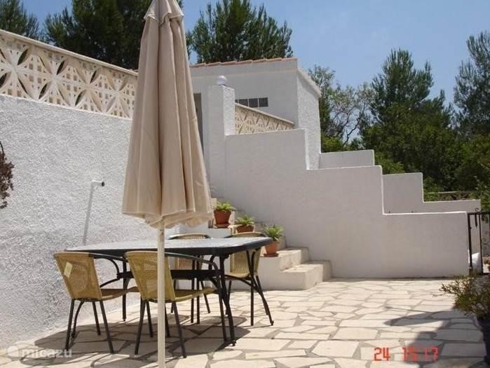 Een heerlijke patio aan de achterzijde van het huis waar het vooral in het voorjaar dik genieten is in de ochtend zon.
