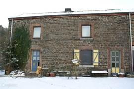 vooraanzicht huis in de sneeuw