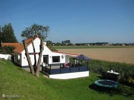 Ons heerlijke, ruim opgezette huis in Nieuwvliet. Slechts 3 km van het Noodzeestrand op een perceel van ruim 1000m2. Vanuit het terras heeft u een adembenemend uitzicht over de het typische Zeeuwse landschap.
