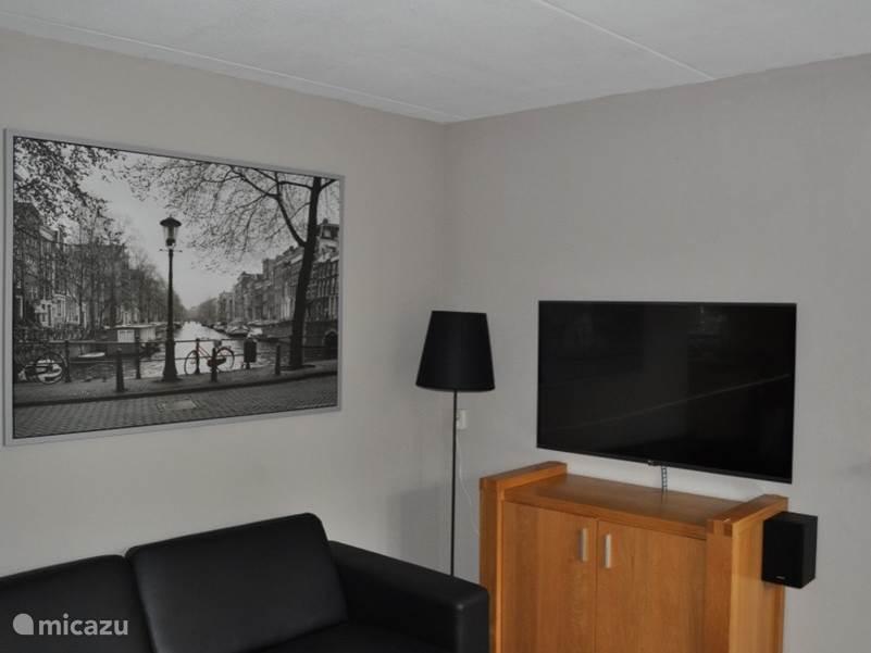 De woonkamer met onze nieuwe televisie ,met 50 digitale zenders en er hangt nu ook een nieuw schilderij boven de bank.