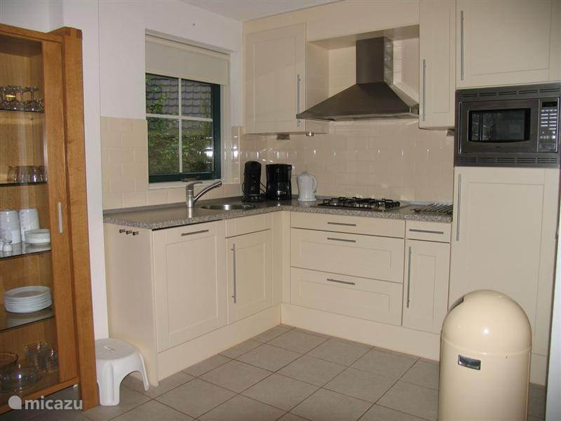 De luxe open keuken,die voorzien is van alle gemakken,waaronder een grote koelkast met apart vriesvak,een combi magnetron en een vaatwasmachine. Ook de Senseo ontbreekt niet.