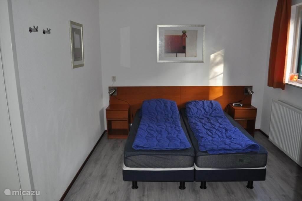 Ruime slaapkamer beneden,met doorloop naar de badkamer,met ligbad en douche.