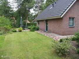 Tuin die helemaal om de bungalow heen loopt,met veel privacy en twee terrassen.