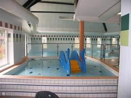 Het gedeelte van het binnenzwembad wat speciaal voor de kleintjes is.