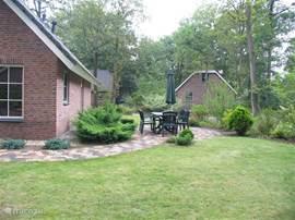 Nogmaals de tuin die helemaal om de bungalow heen loopt,met veel privacy en twee terrassen.