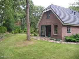 De andere kant van de woning en de openslaande deuren naar de tuin.