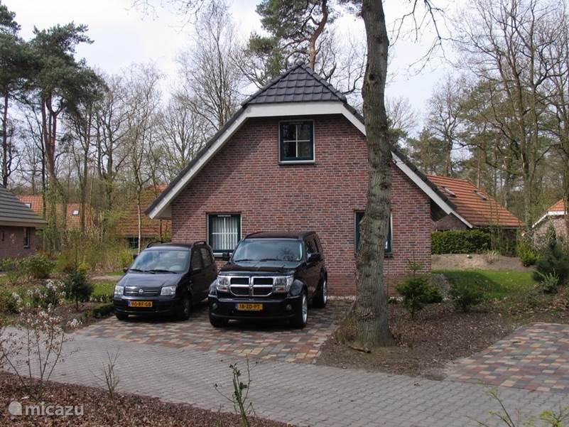 Voor de woning is een parkeerplaats met ruimte voor twee auto's.