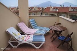 Heerlijk dakterras op de 2e verdieping. Hier kunt u in volledige privacy van de zon genieten! Tweede set meubilair aanwezig (tafel met 4 stoelen). In totaal 4 ligbedden aanwezig.