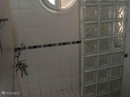 Fijne badkamer 1e verdieping