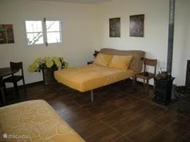 slaapkamer beneden met houtbrander