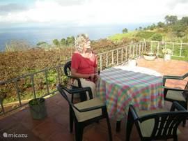 groot zonneterras met uitzicht over de wijnvelden en Atlantische oceaan