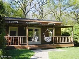 BosBungalow II ligt op een unieke locatie in 't Drents-Friese Wold. De zeer complete bungalow is DE ideale plek om uit te rusten en genieten van eigen land. Lekker met een warme chocomelk of koud biertje in de hangstoel op de veranda!Fietsen staan klaar!