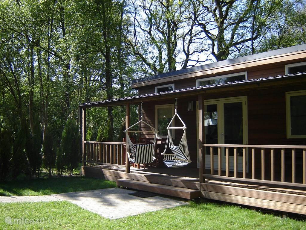 De hangstoelen op de veranda zorgen voor een heerlijk vakantiegevoel