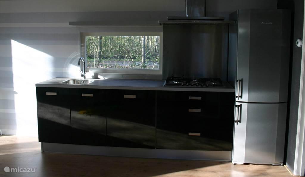 Ruime keuken met uitzicht over het bos