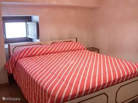 De eerste slaapkamer met tweepersoonsbed