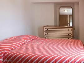 De tweede slaapkamer met tweepersoonsbed