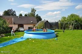 Lekker in het water spelen voor afkoeling op een zonnige dag.