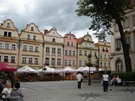 Terrasjes doen op de Grote Markt van Jelenia Gora