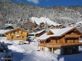 La Champerolaine is een nieuw zeer comfortabel chalet in het Champery, vlakbij de skiliften en het centrum. Het traditionele chalet heeft 6 slaapkamers en 5 badkamers, een grote woonkamer met kachel en luxe keuken, en groot balkon op het zuiden met haard.