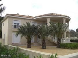 Aan de Costa Blanca op 30 km van Alicante waar bijna altijd de zon schijnt ligt onze nieuwe luxe vrijstaande villa met zwembad  genoemd Plexo Solar. Bij het karakteritistieke dorpje Hondon de las Nieves verscholen tussen de bergen en de wijnvelden.