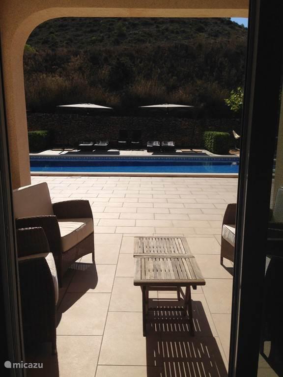 Lounge hoek aan het zwembad