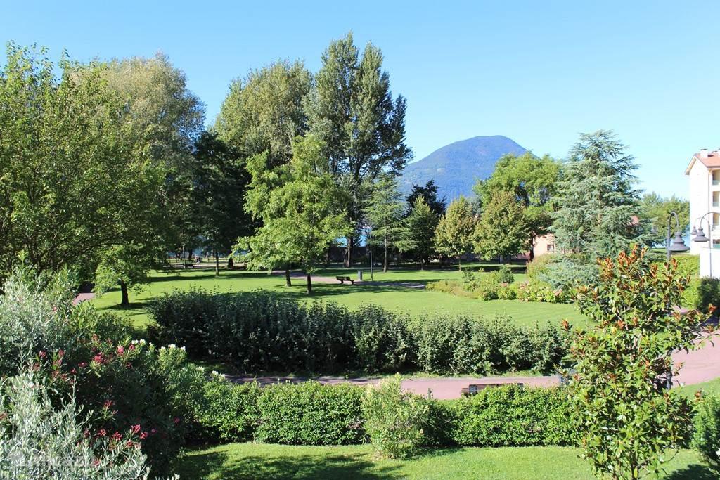 Uitzicht vanuit de slaapkamer; het park en meer