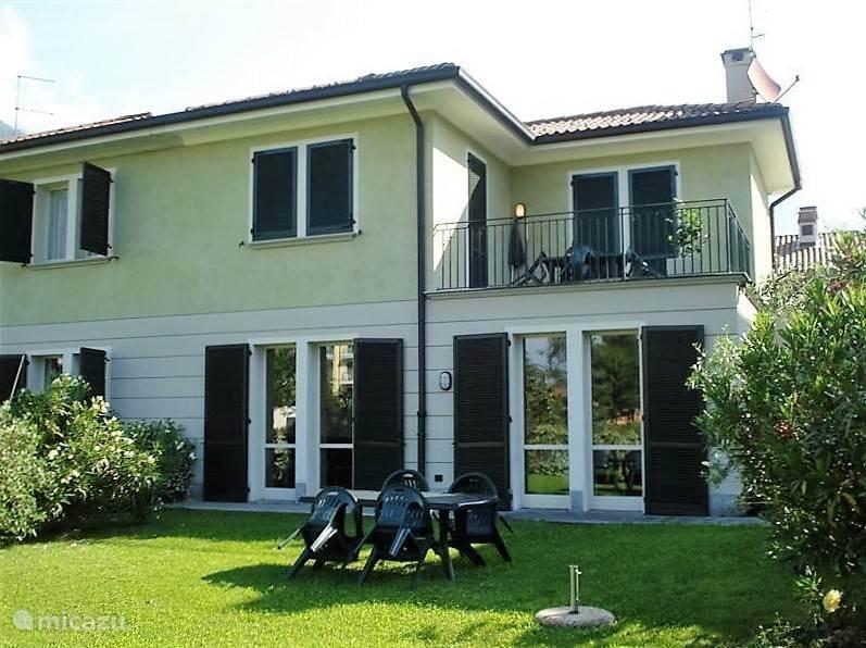 Een schitterende twee onder een kap villa met grote tuin, direct aan het park en het meer van Lugano.Voorzien van royale living, complete keuken met koelkast, oven, vaatwasser en magnetron. 3 slaapkamers, 2 luxe badkamers waarvan 1 met whirlpool alsmede een royaal balcon.