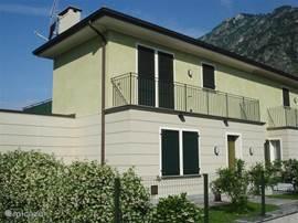 De voorzijde eveneens voorzien van een heerlijk balcon.