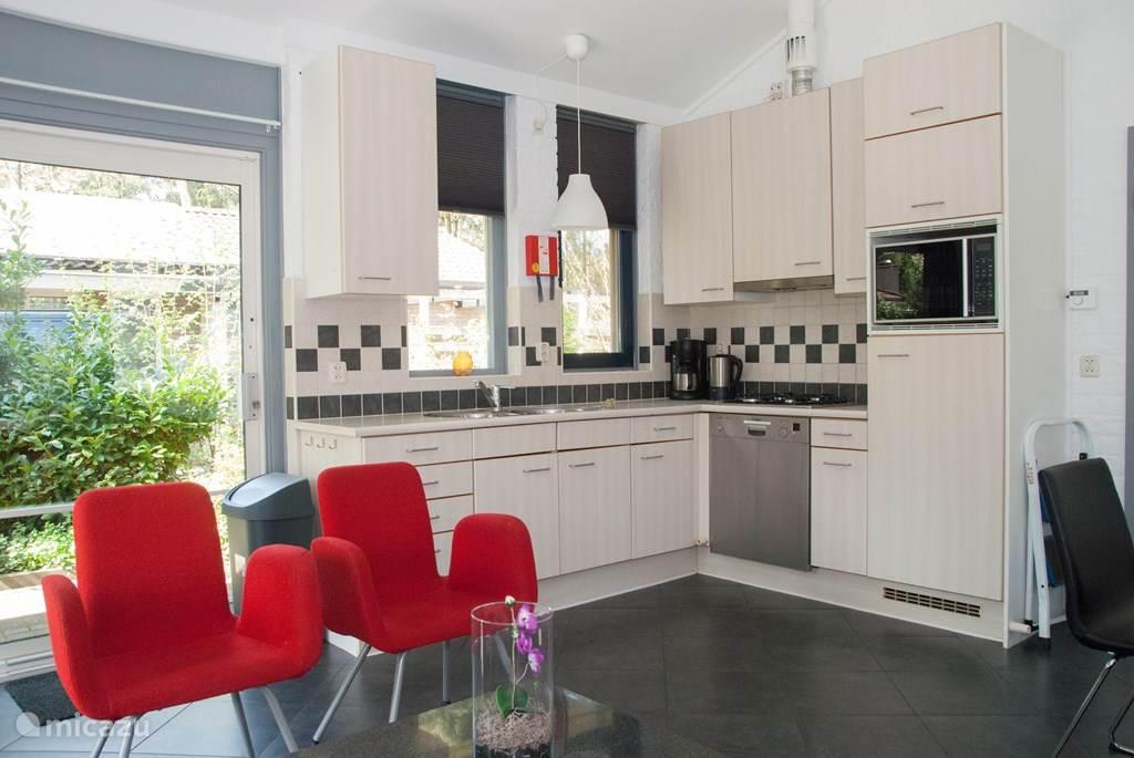 De keuken is van alle gemakken voorzien. Een combi-magnetron, afwasmachine en koelkast met vriesvak. Natuurlijk ook een koffiezetapparaat en waterkoker.