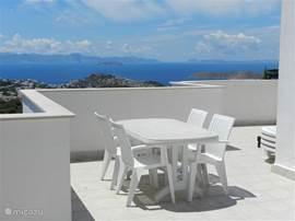 dakterras ook voorzien van tafel en stoelen.
