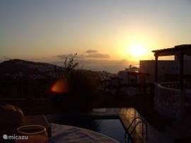 ondergaande zon vanuit Kamelya 20, vanop het zonneterras