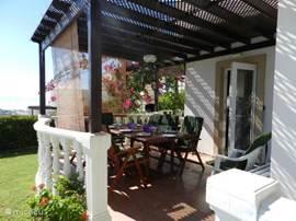 terras met aan beide zijden een zonnewering dit om de warmste momenten dragelijk te maken :-)